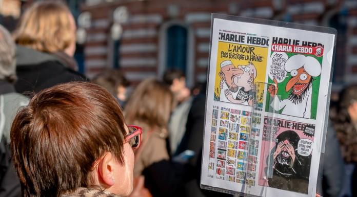 """recto """"Je Suis Charlie"""", verso la reprises des unes de Charlie Hebdo"""
