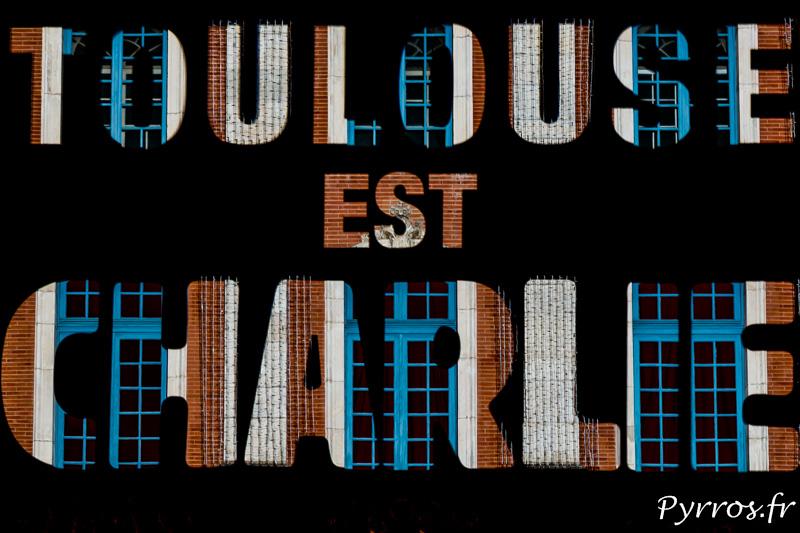 Toulouse est Charlie, message projeté sur la façade du Capitole