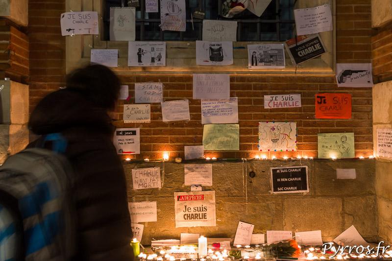 De nombreux messages sont accrochées sur la facade du Capitole