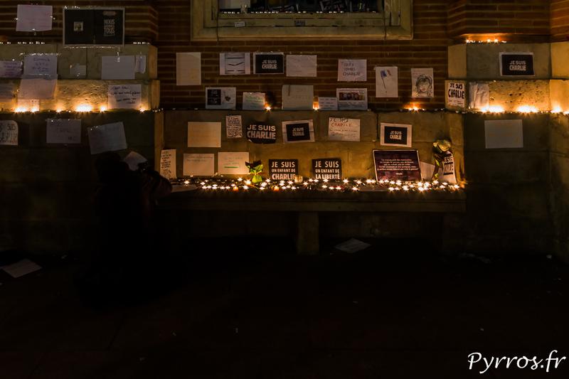 Des feuilles, des stylos et des bougies sont à la disposition des toulousains