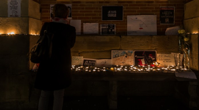 Recueillement devant les messages et les bougies de la place du Capitole de Toulouse