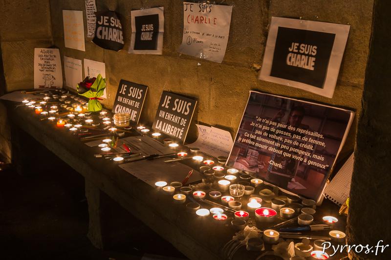 Messages et bougies en soutien aux victimes de l'attentat de Charlie hebdo