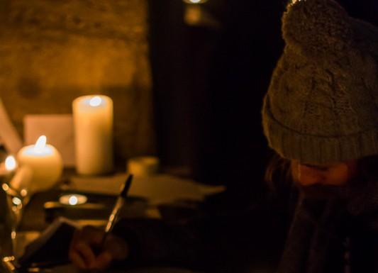 Certains écrivent soutien aux victimes de l'attentat de Charlie hebdo au milieu des bougies