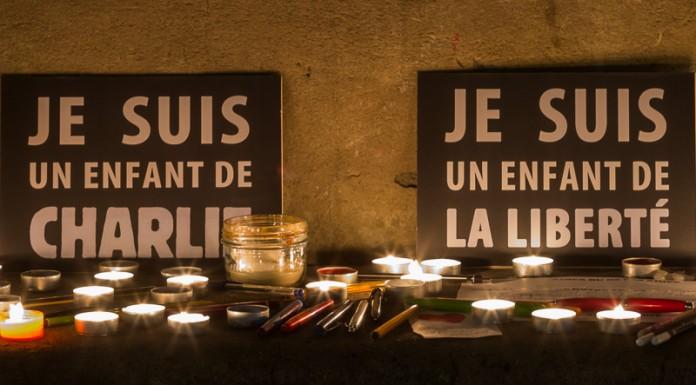 Des stylos, des bougies et des messages déposés au pied du Capitole