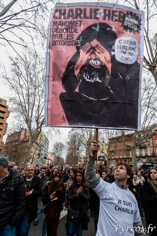 """""""Une"""" de Charlie Hebdo sur une pancarte"""