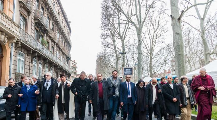 Les représentants des cultes à Toulouse se donnentla main et marche cote à cote