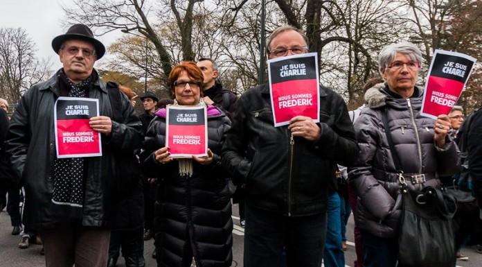 Les collègues de l'une des victimes (Frédéric Boisseau , agent de maintenance) à Charlie Hebdo porte son nom sur leurs affiches