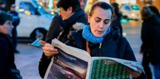 """A défaut d'un Charlie Hebdo certains sont venus avec Libération qui titre """"JeSuis Charlie"""" et reprend dans une mosaïque la une du Charlie Hebdo"""