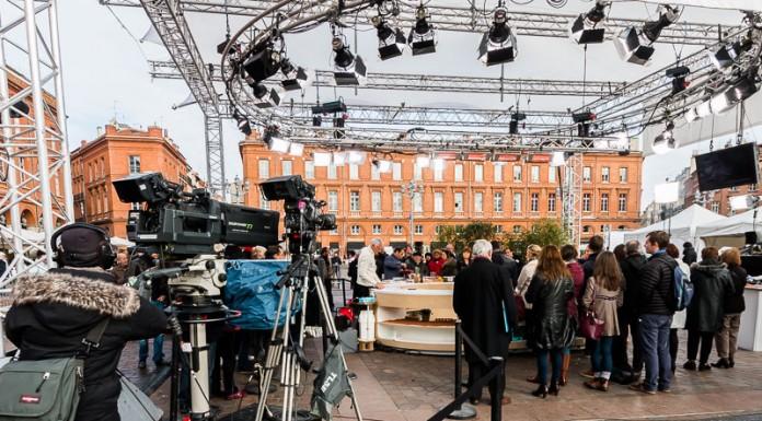 Le plateau de tournage est entouré de caméra, ici une filme en plan large tandis que la plus grosse permet de faire des gros plans des chroniqueurs