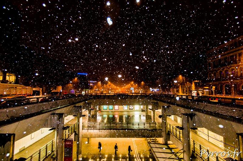 Peu de monde dans le métro de Toulouse à 7h15 mais de la neige en quantité