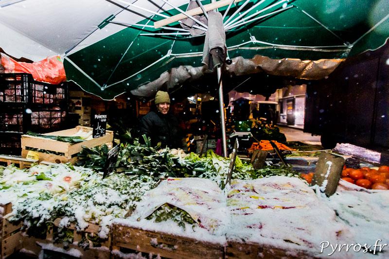 Au marché du cristal les commerçants tentent de proteger leurs legumes