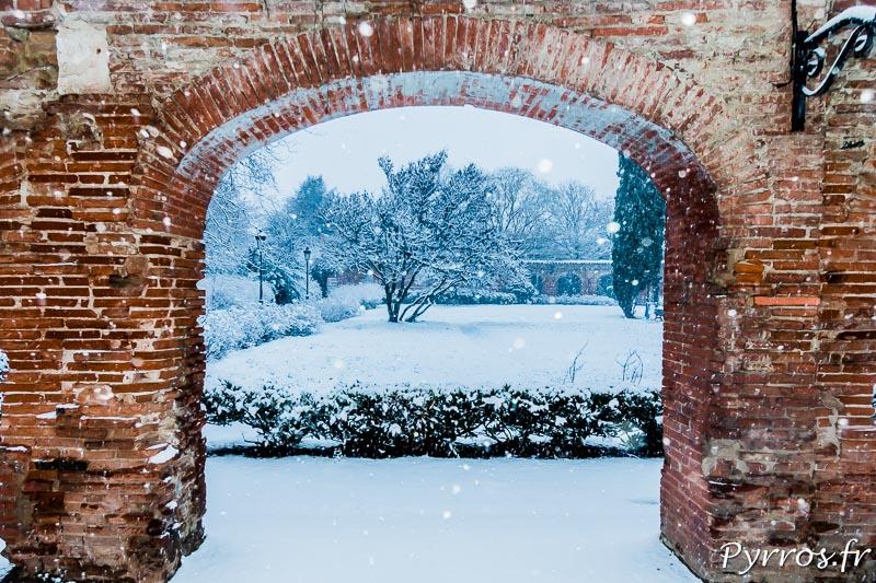Les briques rouges des arcades du cloitre des chartreux (Faculté du Capitole) sont sous la neige