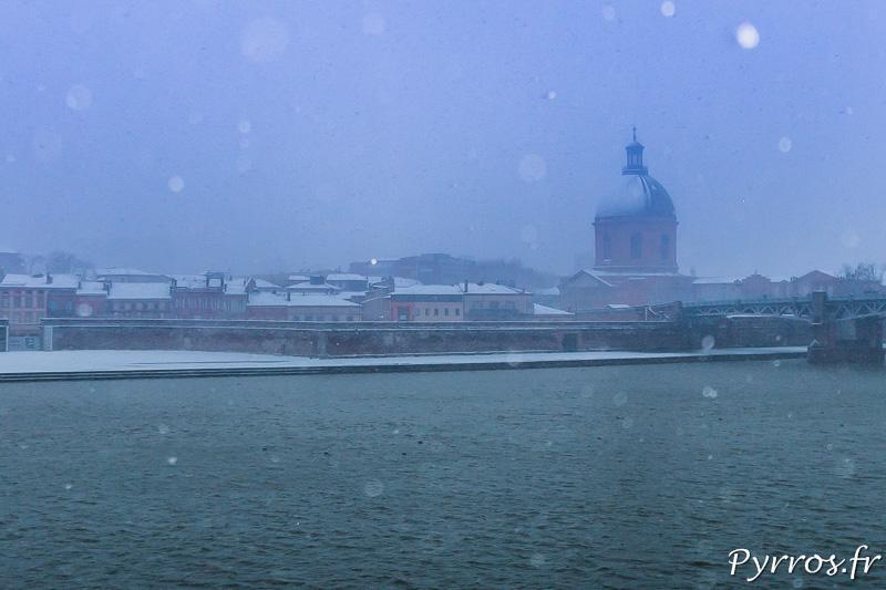 Le dôme de La Grave (autre symbole de Toulouse) se devine entre neige et brume