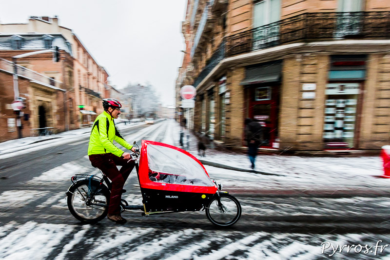Certains toulousains affrontent la neige en vélo
