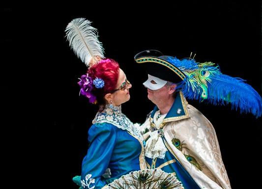 Un couple en costume du Carnaval de Venise