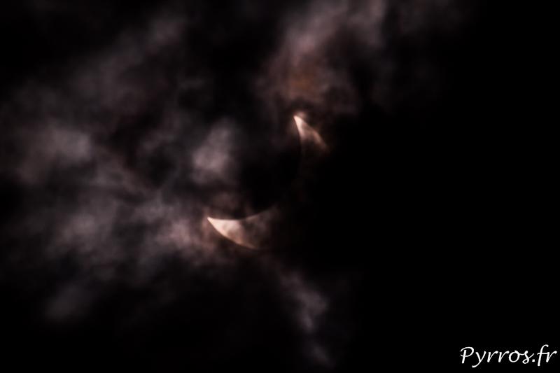 Les nuages masquent l'éclipse.