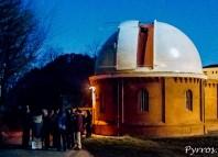 Observatoire de Toulouse la Coupole de Vitry et la lunette de 38 à l'exterieur les visiteurs observent la pleine lune dans un téléscope plus modeste