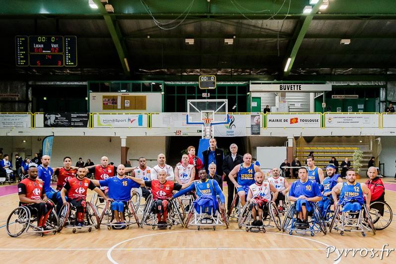 A la fin du match les 2 équipe françaises posent ensemble pour la photo