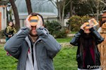 Dans le parc de l'observatoire on observe l'éclipse avec des masque de protection mis à disposition par la SAP de Toulouse pour l'occasion