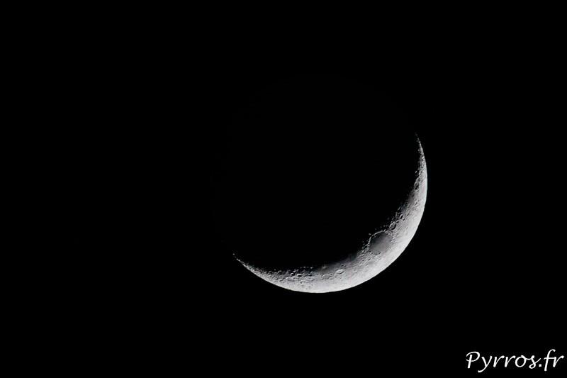 La lune nous présente son croissant, on devine le disque lunaire