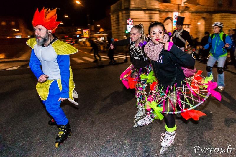 Au milieu de la randonnée carnaval à roller, les randonneurs s'amusent