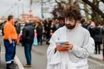 Un des nombreux accusateurs de Monsieur Carnaval prend en notes les doléances de Toulousains