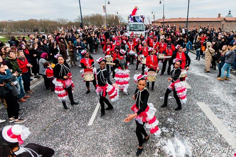 Les toulousains dansent sur les rythmes endiablés lors du Carnaval