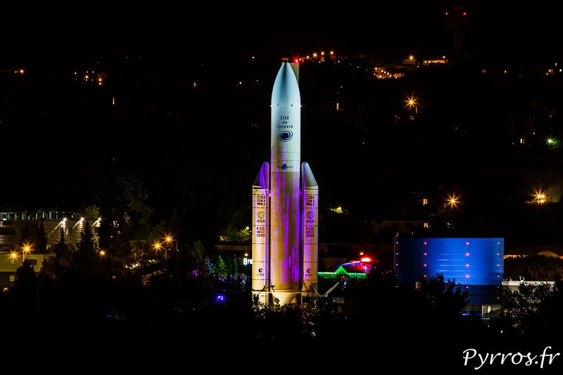 Cité de l'Espace, la fusée Ariane 5 est illuminée
