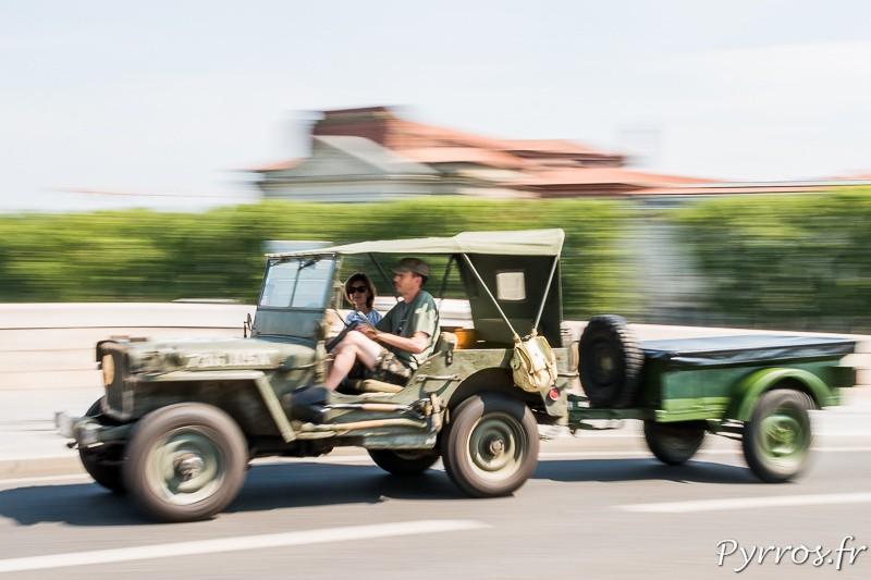Une Jeep de la seconde Guerre Mondiale avec une remorque