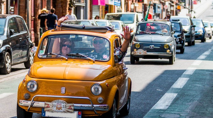 Un convoi de Fiat 500