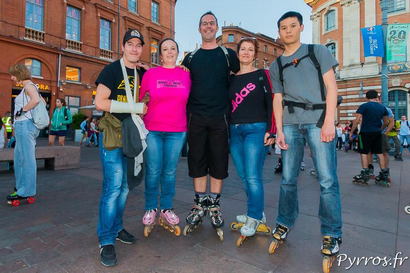 Un groupe d'anciens se retrouve les patins aux pieds