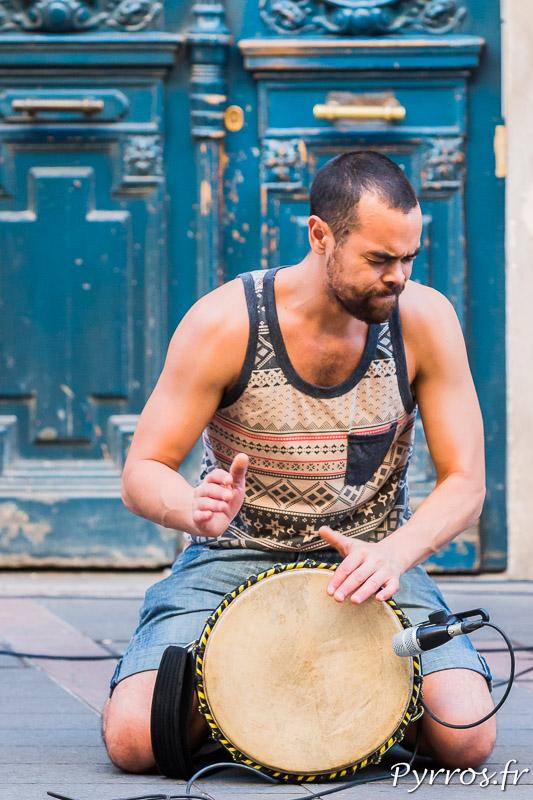 Un percussionniste vit sa musique à fond