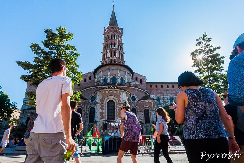 Au pied de la Basilique Saint Sernin les sound systèmes font vibrer les toulousains