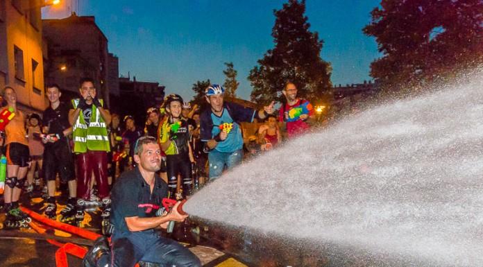 Les pompiers se font aussi arrosé mais il est impossible de rivaliser