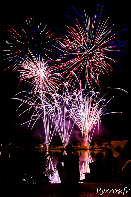 A la veille de la Fête Nationale un feu d'artifice est tiré sur le lac de la Reynerie