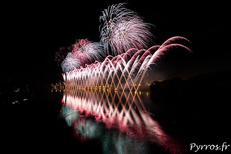 Toulouse fait son cinéma sur la Garonne lors du feu d'artifice du 14 juillet 2015