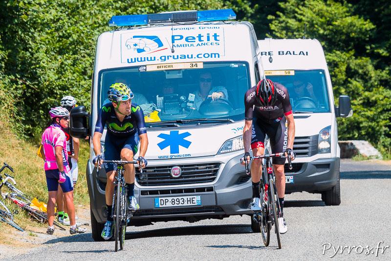 Les deux coureurs se battent dans la pente devant le Camion Balai