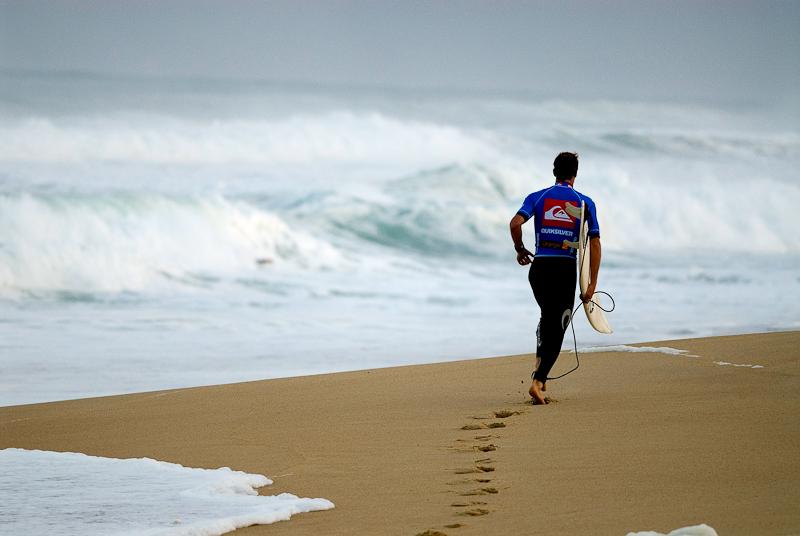 Parfois, on se concentre sur un surfeur et une grosse vague vous prend par surprise...