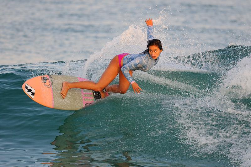 On peut tout à fait photographier les surfeuses en action, si si c'est possible et même souhaitable pour obtenir de belles images