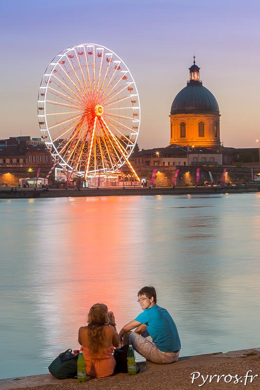 Certains se prennent en photo devant la Grande Roue de Toulouse plage