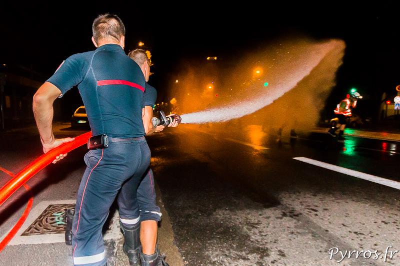 Les pompiers arrosent les patineurs, en essayant de n'oublier personne