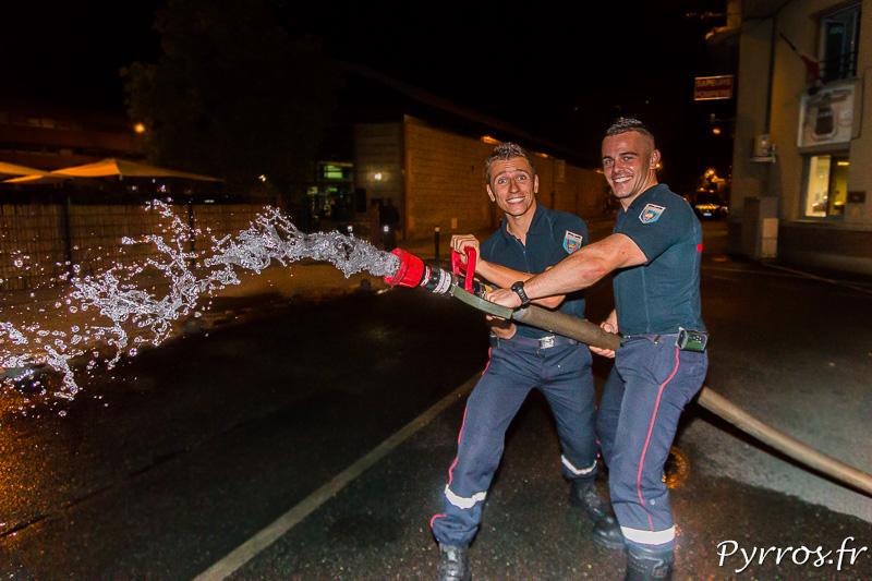 Avant l'arrivée des patineurs les pompiers testent leur installation.