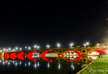 Le Pont Neuf de Toulouse se reflète dans la Garonne