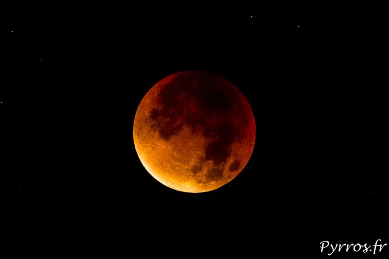 La lune à son périgée s'éclipse et se teinte de rouges et d'oranges.