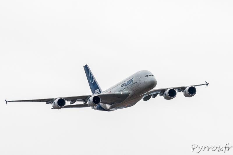 L'airbus A380 apparait dans le ciel de Gimont presque silencieux