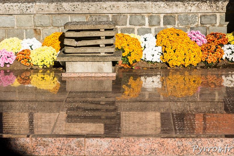 Les noms des soldats inhumés dans la Crypte des Poilus de Salonique figurent sur les plaques de marbres rose
