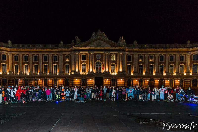 220 patineurs costumés ont envahis la place du Capitole avant le départ de la Randoween