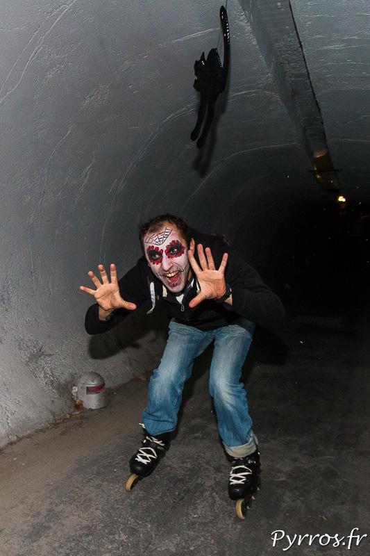 Dans l'un des tunnels certains tentent de faire peur