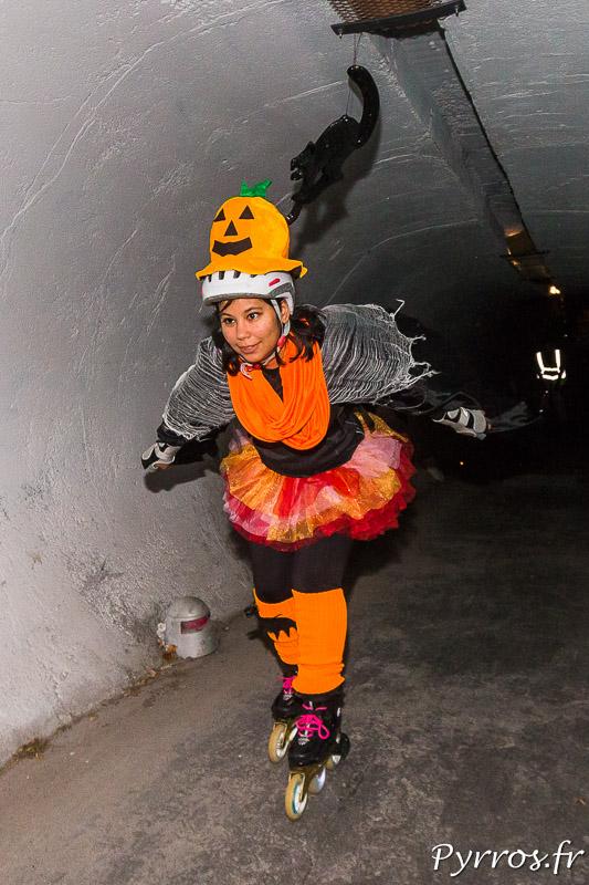 Une citrouille peu confiante traverse le tunnel qui cache quelques surprises