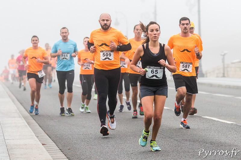 Dans le brouillard au kilomètre 3 les participants de la Course de Bacchantes ne faiblissent pas